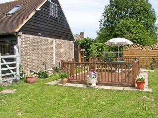 THE STUDIO, HORSESHOE COTTAGE, pet friendly, country holiday cottage, with a garden in Fulbourn, Ref 5631 - Fulbourn vacation rentals