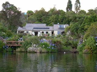 Lake edge luxury, The Willows, Rotorua New Zealand - Rotorua vacation rentals