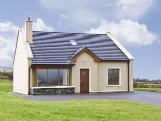 NO. 8 DINGLE PENINSULA COTTAGE, family friendly, country holiday cottage, with a garden in Lispole, County Kerry, Ref 4598 - Dingle vacation rentals
