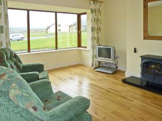 NO. 8 DINGLE PENINSULA COTTAGE, family friendly, country holiday cottage, with a garden in Lispole, County Kerry, Ref 4598 - Lispole vacation rentals