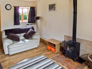 ORCHARD COTTAGE, pet friendly, character holiday cottage, with a garden in Edlaston, Ref 6964 - Ashbourne vacation rentals