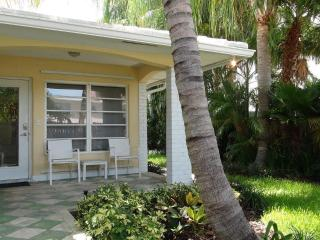 Stunning 2/2 cottage apartment - vacationers dream - Fort Lauderdale vacation rentals
