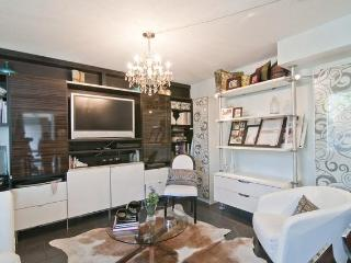 """Designer Urban Park View Townhouse "" 1 bed + Den - Vancouver vacation rentals"
