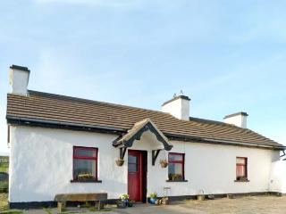 TIGIN, pet friendly, character holiday cottage, with open fire in Liscannor, County Clare, Ref 4667 - Liscannor vacation rentals