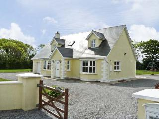 PEBBLE DRIVE COTTAGE, pet friendly, country holiday cottage, with a garden in Duncannon, County Wexford, Ref 4666 - Campile vacation rentals