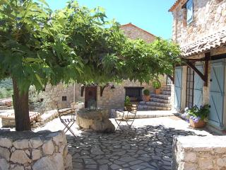 Stunning 1 Bedroom in Provencal Farmhouse, with a Pool - Draguignan vacation rentals