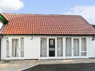 NO. 3 LOW HALL COTTAGES, pet friendly, with a garden in Scalby, Ref 7333 - Scalby vacation rentals