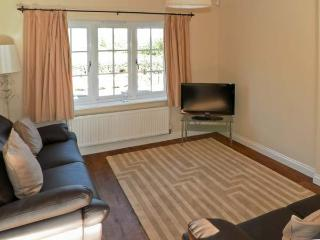 NO. 1 LOW HALL COTTAGES, pet friendly, with a garden in Scalby, Ref 6959 - Scalby vacation rentals