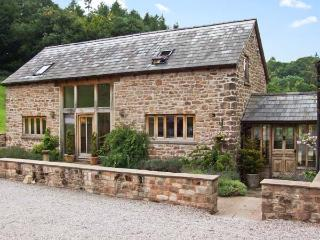 THE LODGE FARM BARN, family friendly, character holiday cottage, with a garden in Deepdean, Ref 8723 - Herefordshire vacation rentals