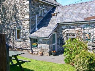 BWTHYN CAERFFYNNON, pet friendly, character holiday cottage, with a garden in Dyffryn Ardudwy, Ref 8693 - Dyffryn Ardudwy vacation rentals