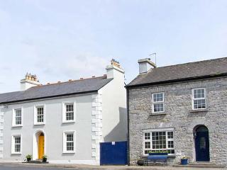 ROSEVILLE, pet friendly, country holiday cottage, with a garden in Ahascragh, County Galway, Ref 4677 - Ahascragh vacation rentals