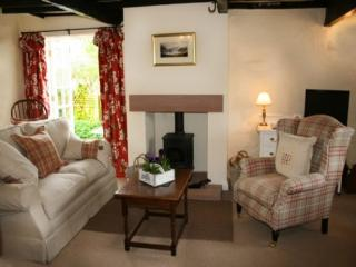 BLACKSMITHS COTTAGE, Pooley Bridge, Ullswater - - Pooley Bridge vacation rentals