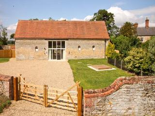 MANOR BARN, family friendly, character holiday cottage, with a garden in Walcot, Ref 8688 - Stamford vacation rentals