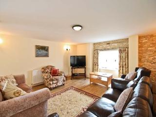 MANOR BARN, family friendly, character holiday cottage, with a garden in Walcot, Ref 8688 - Grantham vacation rentals