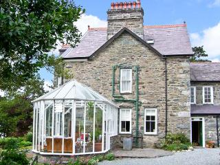 PENSARN HALL, pet friendly, character holiday cottage, with a garden in Llanbedr, Ref 7117 - Llanbedr vacation rentals