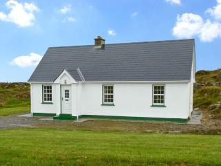 LULLY MORE COTTAGE, pet friendly, character holiday cottage, with a garden in Cruit Island, County Donegal, Ref 4686 - Kincasslagh vacation rentals