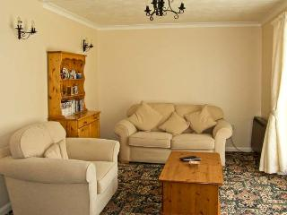 THE BUNGALOW, country holiday cottage, with pool in Bentley, Ref 8768 - Bentley vacation rentals