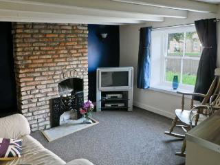 THE WHITE HOUSE, pet friendly, character holiday cottage, with a garden in Middleton On The Wolds, Ref 9934 - Middleton vacation rentals