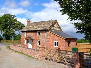POINT COTTAGE, pet friendly, character holiday cottage, with open fire in Preston-On-Wye, Ref 10048 - Hereford vacation rentals