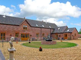 THE HINKS BARN, family friendly, luxury holiday cottage, with a garden in Lilleshall, Ref 9742 - Clive vacation rentals