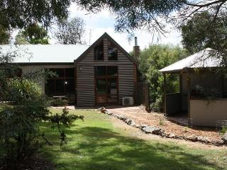 Romantic 1 bedroom Halls Gap Villa with Deck - Halls Gap vacation rentals