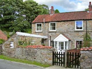 POUND COTTAGE, romantic, character holiday cottage in Kirkbymoorside, Ref 8501 - Kirkbymoorside vacation rentals