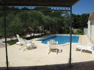 CHARMING COTTAGE IN PROVENCE WITH SWIMMING POOL - Saint-Laurent-des-Arbres vacation rentals