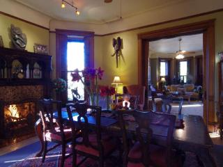 ALL INCLUSIVE BUDGET PKG 3 BED SUITE- MINI MANSION - Chicago vacation rentals