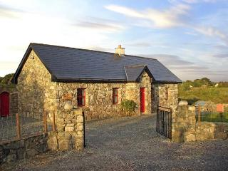 TIGH MHICIL THOMáIS, family friendly, character holiday cottage, with a garden in Cashel, County Galway, Ref 10259 - Ballinasloe vacation rentals