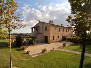 Large Tuscany Apartment in a Villa Near Town - Casale del Borgo 2 - Foiano Della Chiana vacation rentals