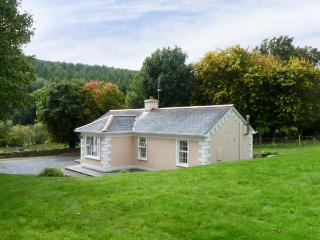 FALLOWFIELD COTTAGE, pet friendly, country holiday cottage, with a garden in Cahir, Ref 10500 - Doon vacation rentals