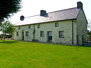PENLLWYN COTTAGE, pet friendly, luxury holiday cottage, with a garden in Pembrey, Ref 7434 - Llanddowror vacation rentals