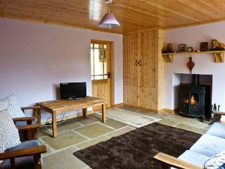 CARNAWEEN VIEW, pet friendly, country holiday cottage, with a garden in Glenties, Ref 9860 - Glenties vacation rentals