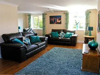 WATER'S EDGE, family friendly, WiFi, garden, in Ruswarp Near Whitby, Ref 5190 - Ruswarp vacation rentals