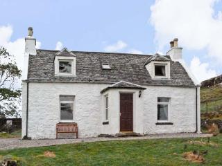 THE GHILLIE'S COTTAGE, country holiday cottage, with a garden in Dunvegan, Isle Of Skye, Ref 7204 - Dunvegan vacation rentals