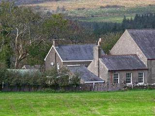 TY CAPEL, pet friendly, character holiday cottage, with a garden in Criccieth, Ref 9966 - Gwynedd- Snowdonia vacation rentals