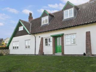NO. 2 LOW HALL COTTAGES, pet friendly, with a garden in Scalby, Ref 6960 - Scalby vacation rentals