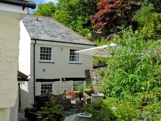 LITTLE WARMINGTON, pet friendly, character holiday cottage, with a garden in Camelford, Ref 11349 - Delabole vacation rentals