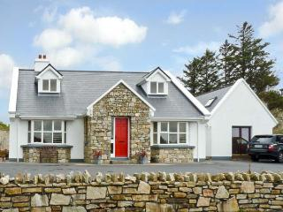 HONEYSUCKLE LODGE, family friendly, country holiday cottage, with a garden in Clifden, County Galway, Ref 10037 - Claddaghduff vacation rentals