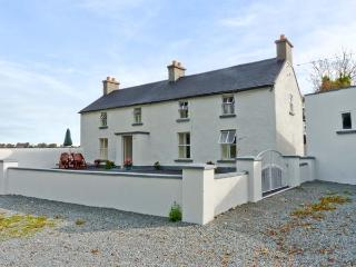 GRANGE FARMHOUSE, pet friendly, character holiday cottage, with a garden in Fethard-On-Sea, County Wexford, Ref 9772 - County Wexford vacation rentals