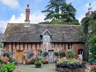 COURTYARD COTTAGE, romantic, luxury holiday cottage, with open fire in Meeson, Ref 11346 - Shropshire vacation rentals