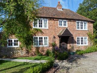 SHEPHERD'S FARM HOUSE, family friendly, character holiday cottage, with a garden in Lenham Heath, Ref 7364 - Kent vacation rentals