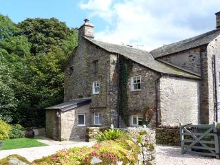 BECKSIDE COTTAGE, pet-friendly, character holiday cottage, with a garden in Kirkby Lonsdale, Ref 9985 - Hutton Roof vacation rentals
