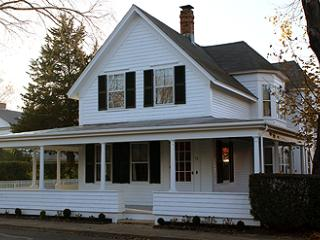 552 - A WRAP-AROUND PORCH COLONIAL IN THE HISTORIC DISTRICT - Martha's Vineyard vacation rentals
