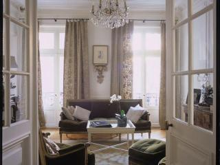 Classic Luxury Marais Pied-à-Terre 3+ BR, Sleeps 6 - Paris vacation rentals