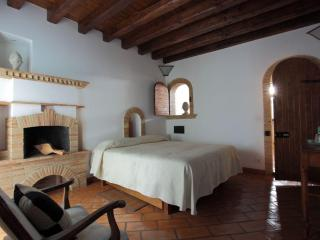 I Capocci - 3 bedrooms of charme Colosseo - Rome vacation rentals
