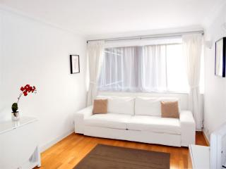 Gorgeous Apt in Trendy Fitzrovia, W1: Kingsize Bed - London vacation rentals