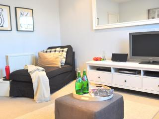 Luxury!! NEW! BIG! Notting Hill/HYDE park 2BED/2bath 5 min to tube - London vacation rentals