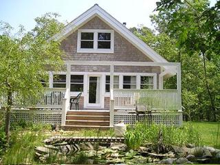 1613 - CHARMING COTTAGE OVERLOOKING SMALL PLEASANT FISH POND - Vineyard Haven vacation rentals