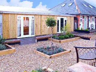 THE OLD STABLES, family friendly, country holiday cottage, with a garden in Charminster Near Dorchester, Ref 10562 - Charminster vacation rentals